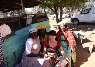 Sylvia Guttenberger nimmt bei den Feierlichkeiten einer Grabsteinenthuellung teil